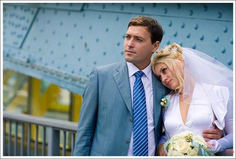 Жених и невеста, прислонившись друг к другу, стоят на фоне дома - фото 76161 Фотографы Никифоровы-Гордеевы Сергей и Константин