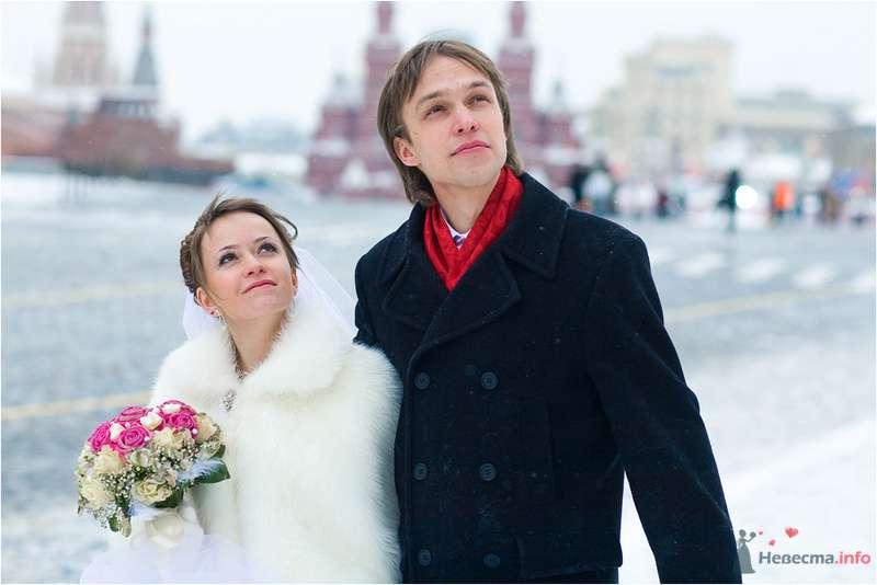 Жених и невеста, прислонившись друг к другу, стоят на фоне здания на площади - фото 77650 Дуэт фотогрфов Никифоров Костя и Гордеев Сергей