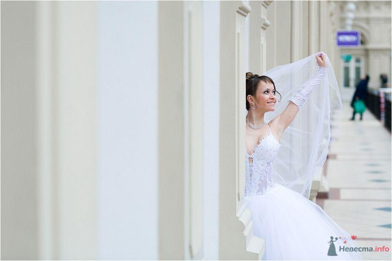 Невеста в длинном платье стоит возле белой стены - фото 77657 Фотографы Никифоровы-Гордеевы Сергей и Константин