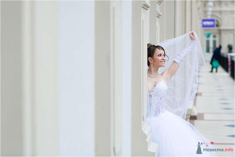 Невеста в длинном платье стоит возле белой стены - фото 77657 Дуэт фотогрфов Никифоров Костя и Гордеев Сергей