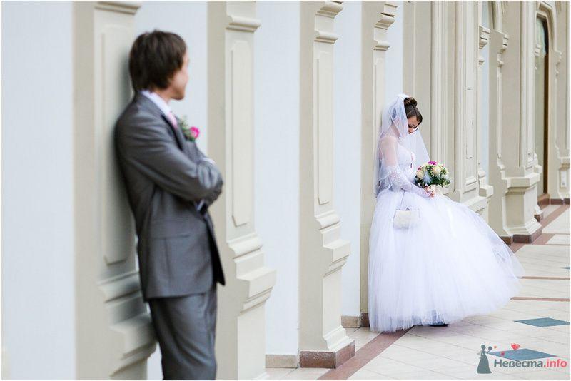 Жених и невеста стоят на енебольшом расстоянии друг от друга возле белой стены - фото 77660 Дуэт фотогрфов Никифоров Костя и Гордеев Сергей