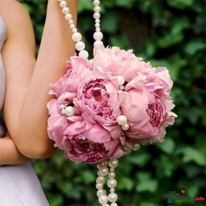 Букет невесты из розовых пионов, декорированный белыми жемчужными бусами  - фото 103023 Катерина!
