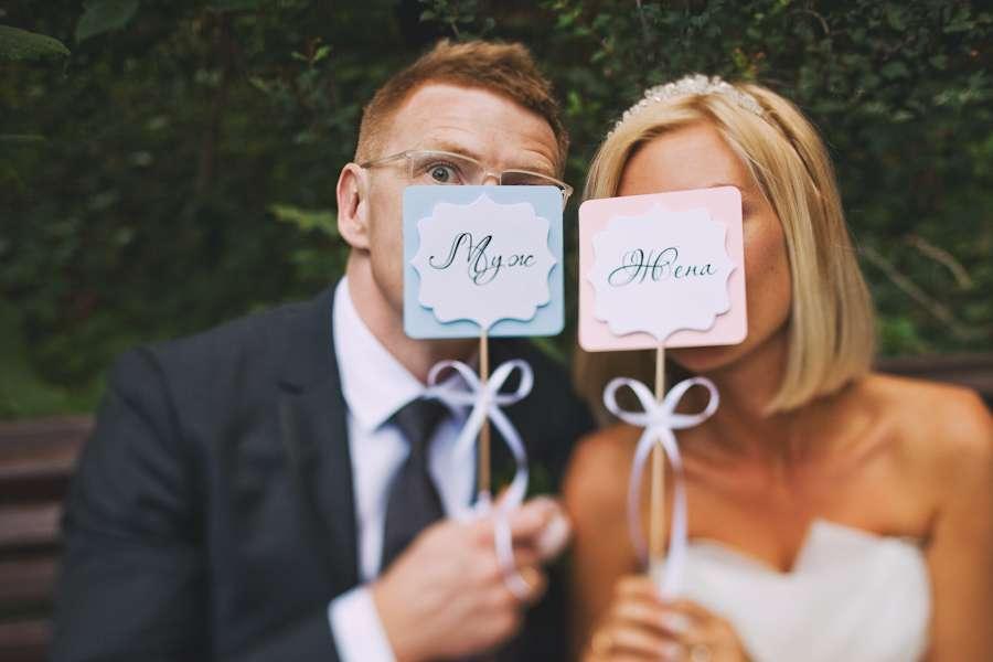 "Жених и невеста возле лиц держат таблички с надписями ""муж"", ""жена"" - фото 3341647 Фотограф Анна Карцева"