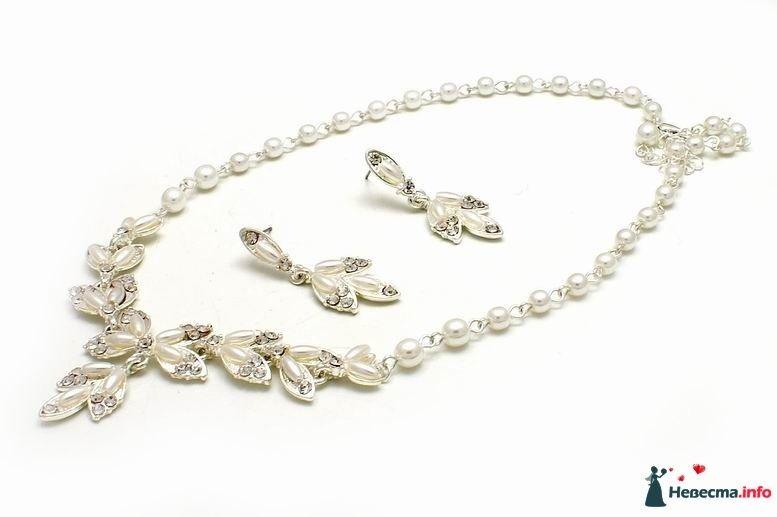 Колье на шею и серьги-гвоздики из белых жемчужных бусин  - фото 130547 Callisto