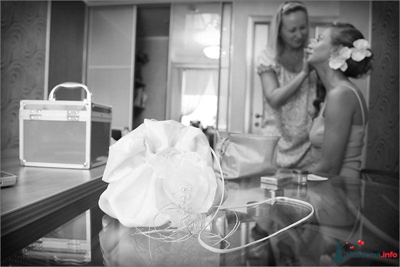 Свадебная сумочка ридикюль из белого атласа декорирована шелковыми - фото 94768 Light Photo Studio - фотограф