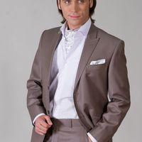 Это, конечно,не самый лучший вариант комбинации костюма с платком, но так для примера...