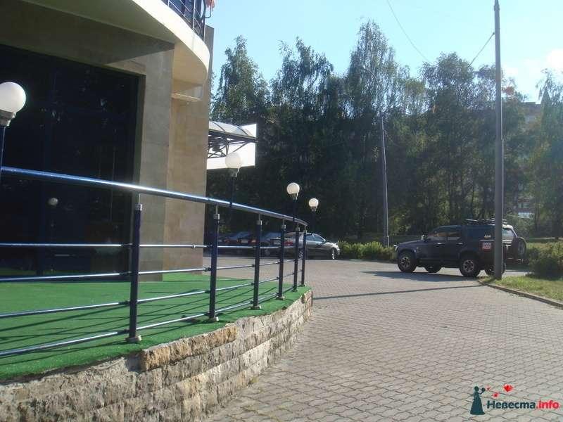 Вид на парковку, где припаркуются машины и лимузин. - фото 130693 jane0707