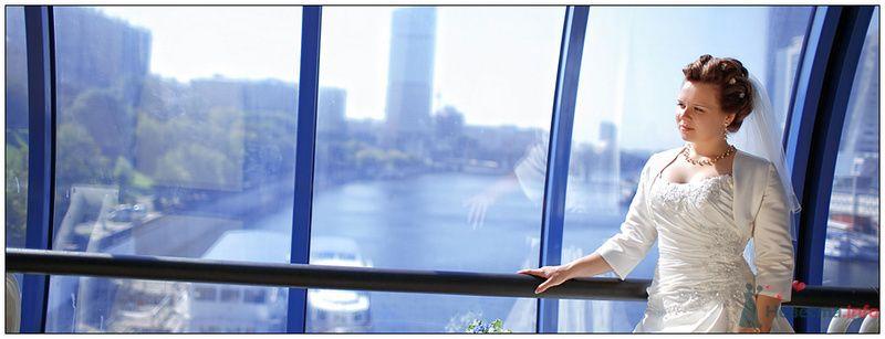 Невеста в белом длинном платье стоит у большого окна - фото 80110 Черепанов Артем фотограф