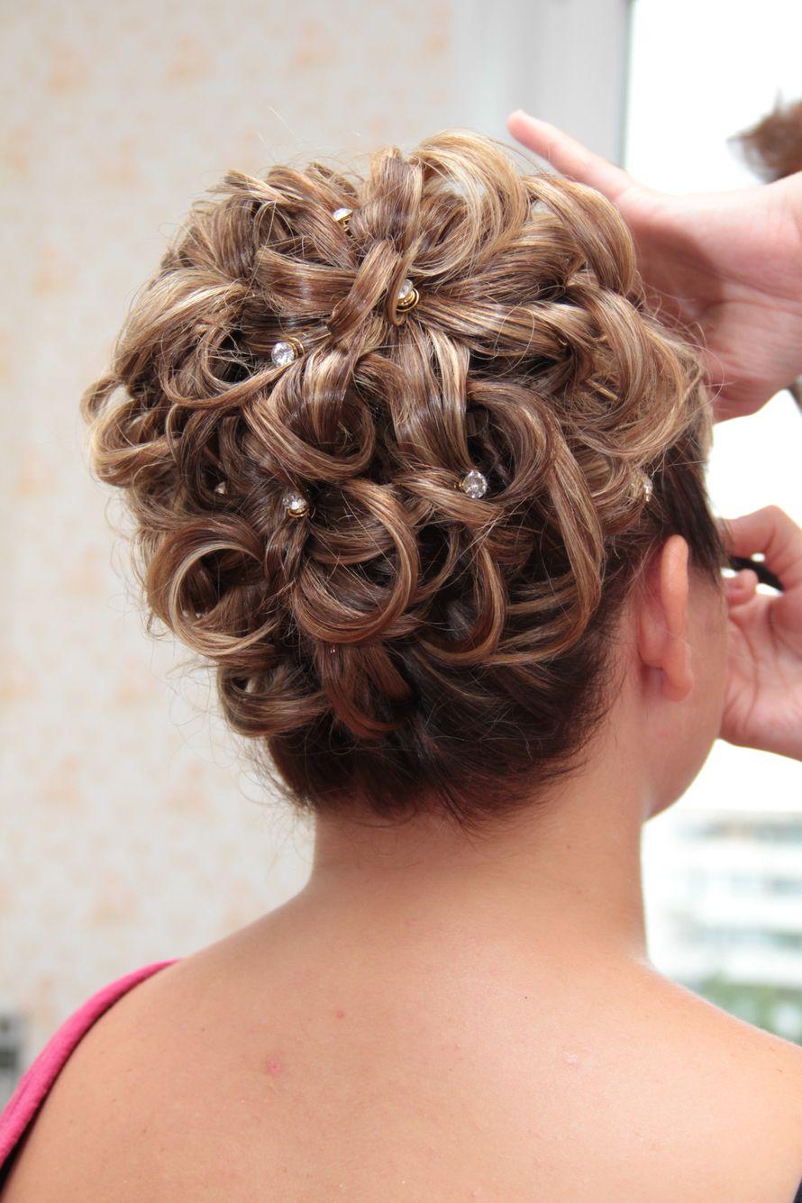 Прически на волосы средней длины праздничные фото