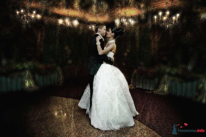 Жених и невеста танцуют в ярком зале - фото 93003 Фотограф Юлия Самохина