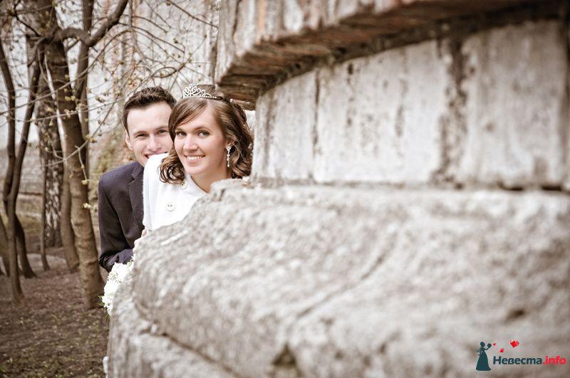 Жених и невеста стоят у старой кирпичной стены в лесу - фото 93049 Фотограф Юлия Самохина