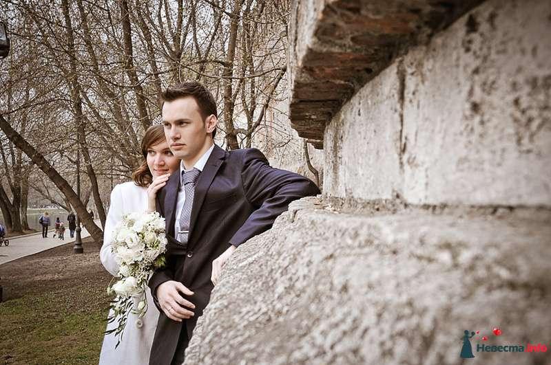 Жених и невеста стоят у старой кирпичной стены - фото 93050 Фотограф Юлия Самохина