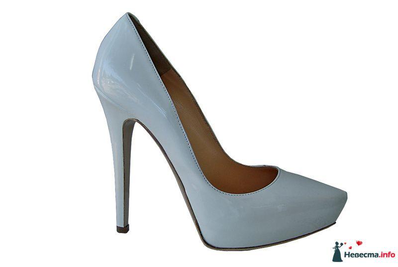 Нежно голубые лаковые туфли с острым носком и на высоком каблуке.