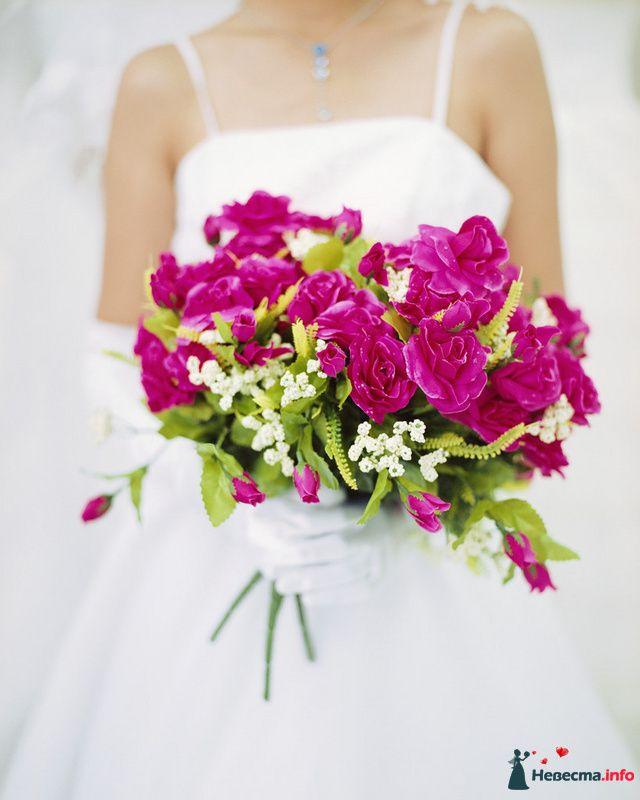 Букет невесты из ярко-розовых эустом и белой гипсофилы