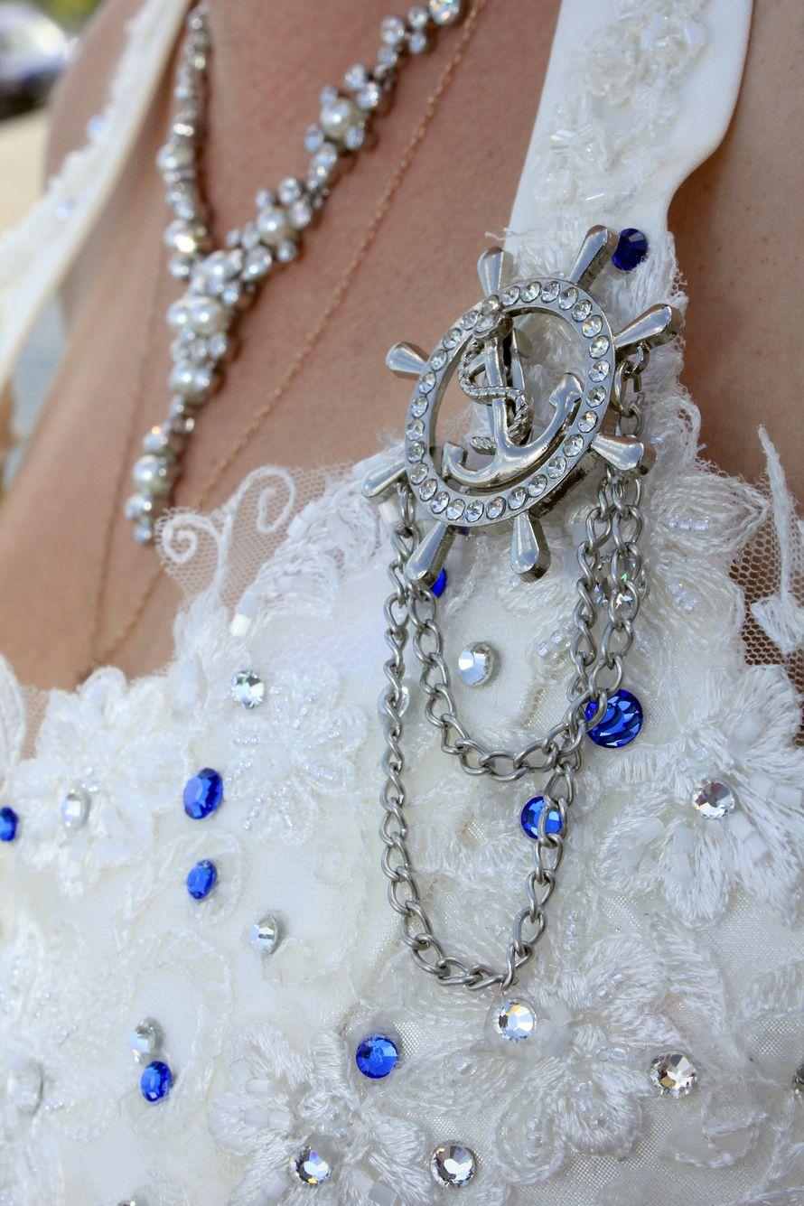 Посеребренное колье с камнями и брошь в виде штурвала с якорем в морском стиле со стразами и цепочкой  - фото 1773567 Адэлина Завороткина - фотосъемка