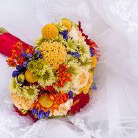 Весенний букет из роз и гербер в голубых, красных и желтых тонах