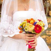 Невеста и букет невесты из красных гербер, белых роз, желтых хризантем, голубых гиацинтов