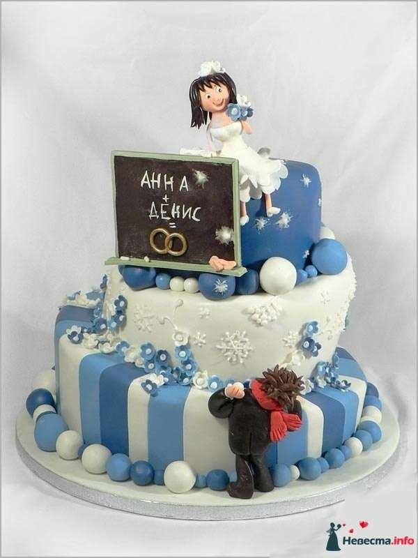 Многоярусный свадебный торт, в бело-голубой мастике, украшенный  сахарными цветами, табличкой с именами и фигурками молодых - фото 83096 Ленусечка