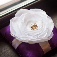 Фиолетовая подушечка с белым цветком