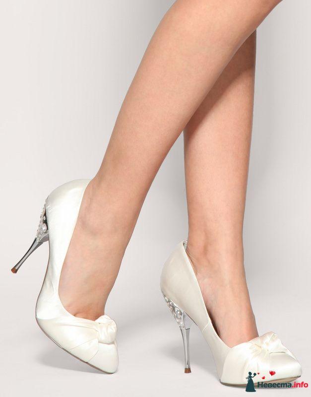 Белые туфли на высоком металлическом в камнях каблуке, спереди - фото 87379 Невеста01