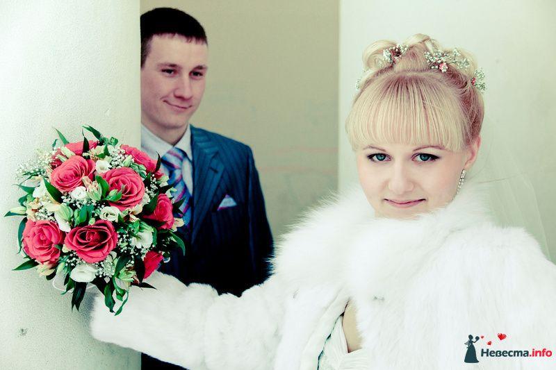 Букет невесты из белых эустом, розово-красных роз, белой гипсофилы и