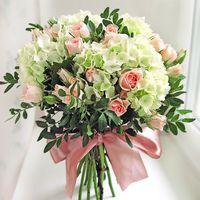 Бело-розовый букет невесты из гортензий и роз