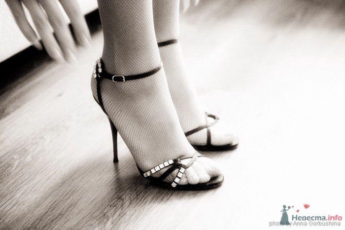 На ноге у девушки черные босоножки на высокой шпильке, вставки со стразами, на застежке вокруг ноги. - фото 31372 Анна Горбушина - фотоагентство SunStudio
