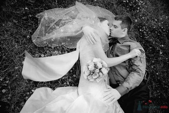 Жених и невеста, прислонившись друг к другу, лежат на земле - фото 31037 Фотограф Елена Зотова