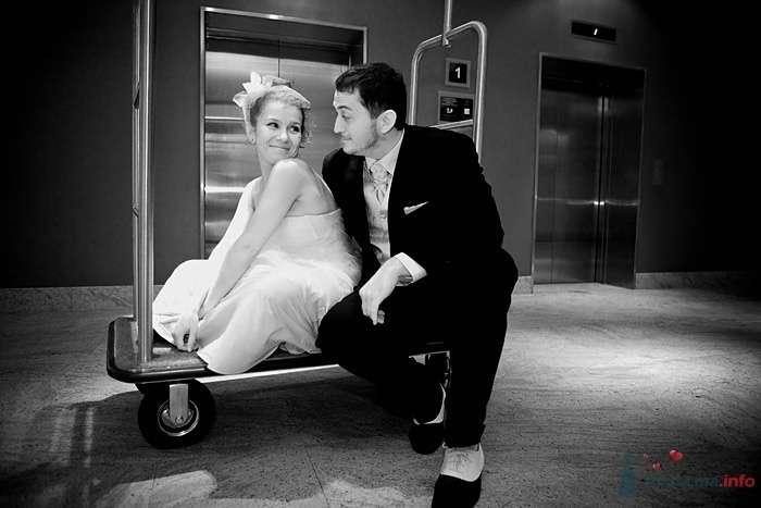 Жених и невеста сидят, прислонившись друг к другу, возле дома - фото 43227 Фотограф Елена Зотова