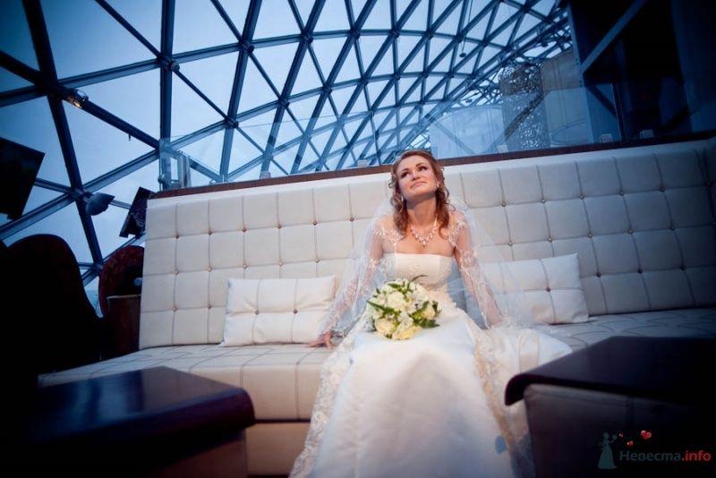 Портрет невесты на белом диване - фото 51401 Фотограф Елена Зотова