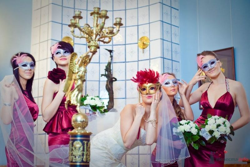 Невеста в открытом облегающем платье цвета айвори, длинной фате и подружки в облегающих открытых атласных платьях цвета  бордо с - фото 68669 Фотограф Елена Зотова