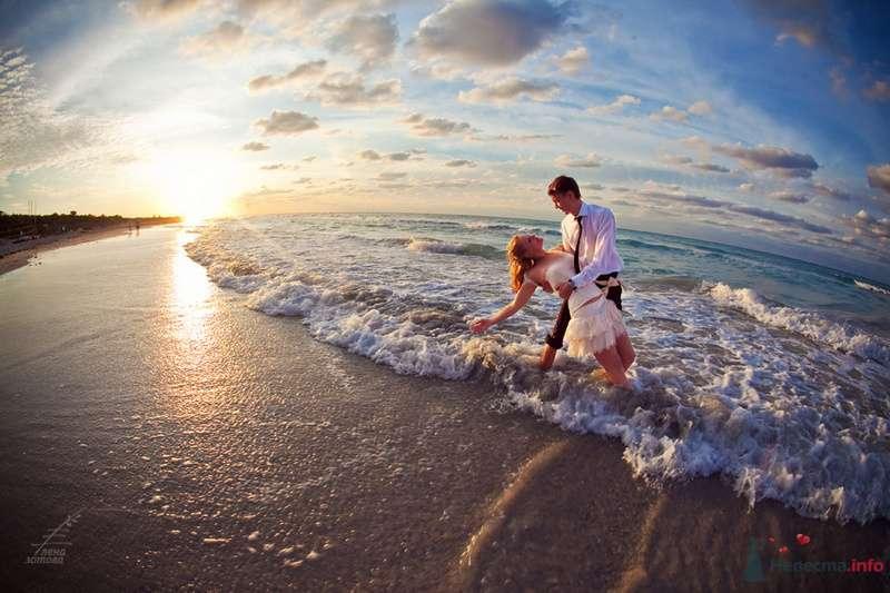 Жених и невеста, прислонившись друг к другу, стоят на фоне моря и пляжа - фото 71740 Фотограф Елена Зотова