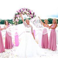 Подружки невесты держатся за фату