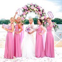 Невеста и подружки в розовом у реки