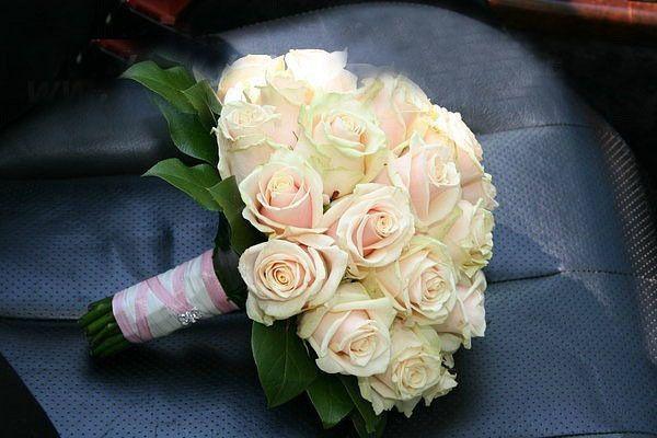 Букет невесты из светло-розовых роз, декорированный белой и розовой лентой  - фото 2093282 Asterix - оформление свадеб