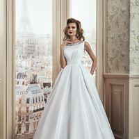 Закрытое cвадебное платье  А-силуэт(принцесса) Арт. VS051.  Атласное свадебное платье с роскошным  шлейфом и перламутровым атласным блеском  смотрится стильно и изыскано. Его роскошный вид и неповторимость силуэтных линий подходят для тех невест, которые