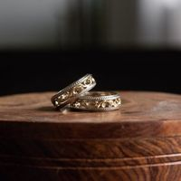 Обручальные кольца с природным орнаментом. Два великолепных обручальных кольца из белого и желтого золота с изысканным природным орнаментом.