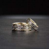 Обручальные кольца со знаком бесконечности. Выполнены из комбинированного золота 585 пробы.
