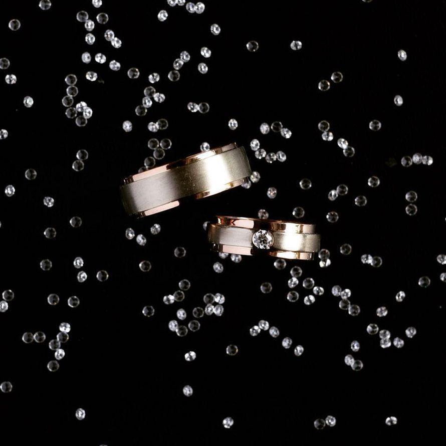 Обручальные кольца из комбинированного золота. Обручальные кольца из комбинированного золота 585 пробы, женское кольцо украшает бриллиант весом 0,1 карат. - фото 12266604 Ювелирная студия UvelirMoscow