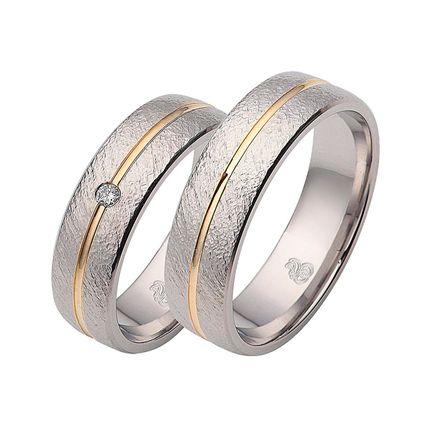 Парные обручальные кольца из белого золота с фактурной поверхностью