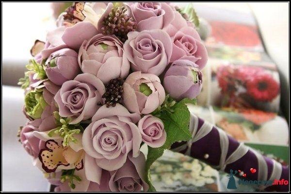 Круглый букет невесты из сиреневых роз и коричневых шишей, декорированный сиреневой и фиолетовой лентой  - фото 111967 Александра Ваш Свадебный Распорядитель