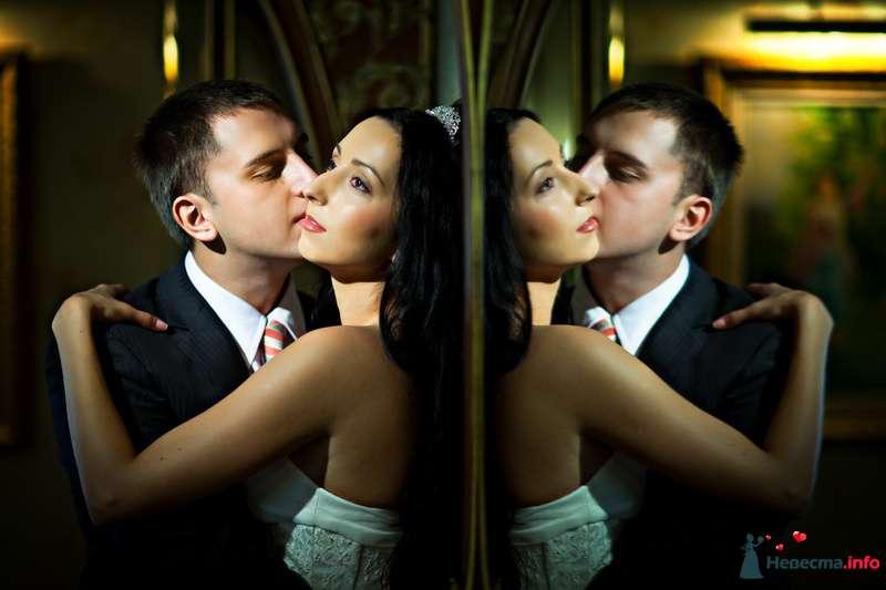 Жених и невеста стоят, прислонившись друг к другу, возле большого зеркала - фото 91886 Свадебный фотограф Роман Пламеневский