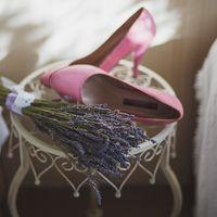 Розовые туфли и букет из лаванды