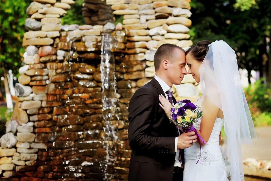Жених и невеста, прислонившись друг к другу, стоят на фоне родника - фото 3358681 Свадебный фотограф - Галина Чукаева