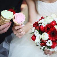Букет невесты из гербер и ромашек в красно-белых тонах