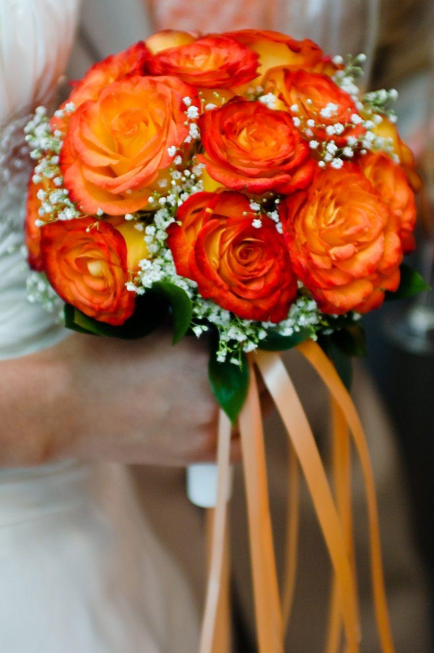 Букет невесты из оранжевых роз и белой гипсофилы, декорированный оранжевой атласной лентой  - фото 784779 Идеальная Свадьба - свадебное агентство