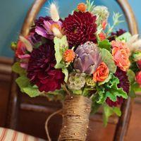 Букет невесты из астр и роз в красно-оранжевых тонах