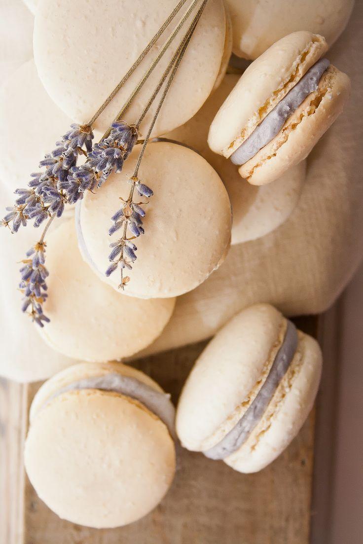 Бежевые макарунс с сиреневым кремом, украшенные веточкой лаванды, для свадьбы в стиле прованс - фото 1651981 nadi_mik