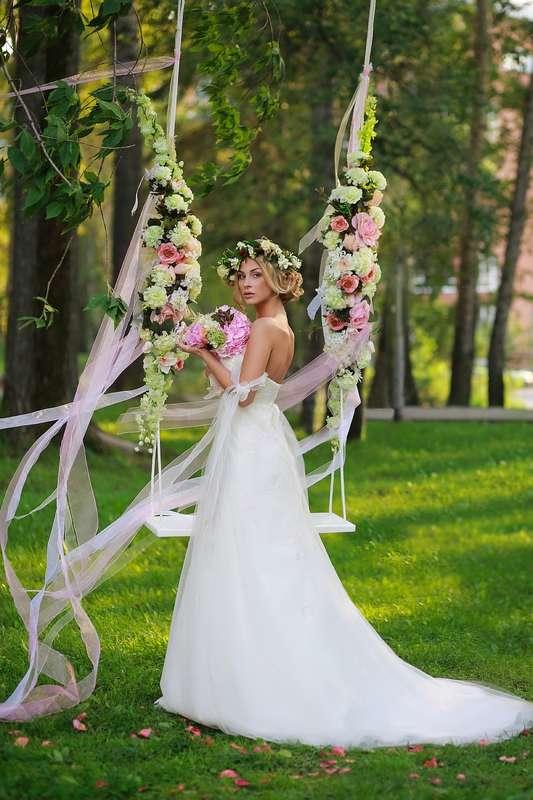 Оформление для фотосессии летней свадьбы с использованием качелей, украшенных цветами и лентами - фото 1213333 Свадебный стилист Ирина Дядькина