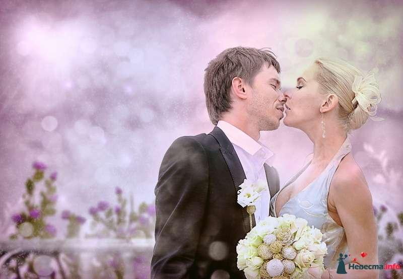 Жених и невеста стоят, прислонившись друг к другу, у неё в руках букет цветов - фото 98343 Фотограa Владимир Соколов